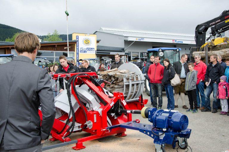 SOMA.Mitarbeiter präsentiert Landtechnik bei Messe