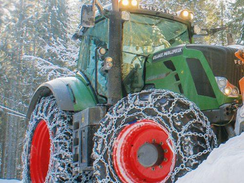 Schneeketten im Winter für Traktor
